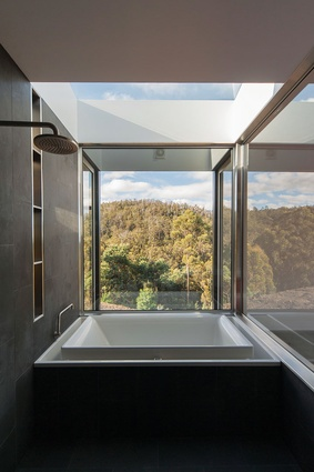 Long Black House (2012): Extensive glazing and a skylight over the bathtub connect the inhabitants with the environment.