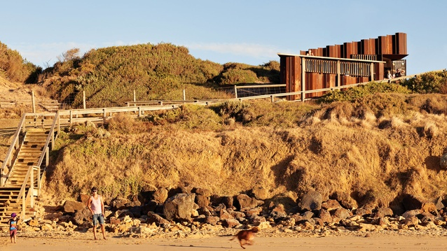 The building is a meeting point for walkers and local surf schools, and provides a connection to the beach without overstating its presence on the site.