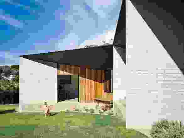 多角形屋顶的悬垂部分经过了仔细的计算,用于被动遮阳。