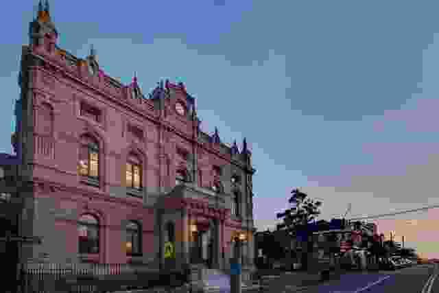 格莱贝市政厅修复后的维多利亚式自由古典立面。