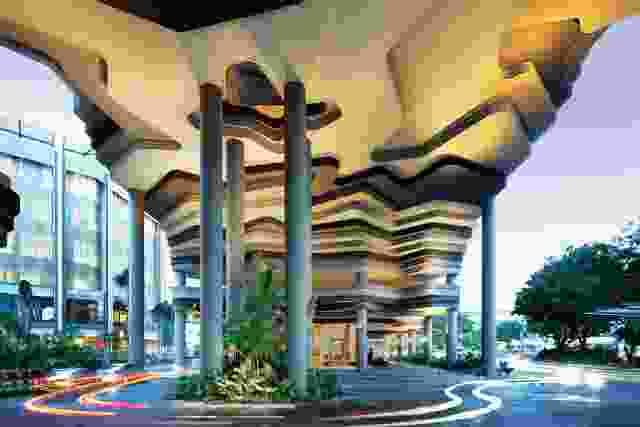 """建筑沉重但""""侵蚀""""的基础代表了WOHA对""""地形建筑""""的兴趣。"""