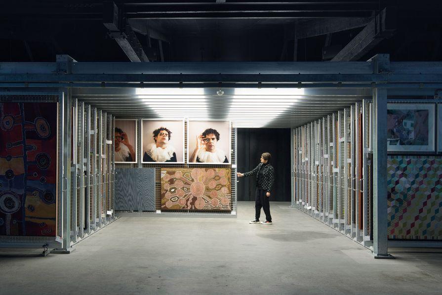 档案馆的位置可以让参观者直接接触到货架系统。艺术品(从左起顺时针):Tuppy Goodwin, Christian Thompson, Charlie Tararu Tjungurrayi和Lisa Wolfgramm。