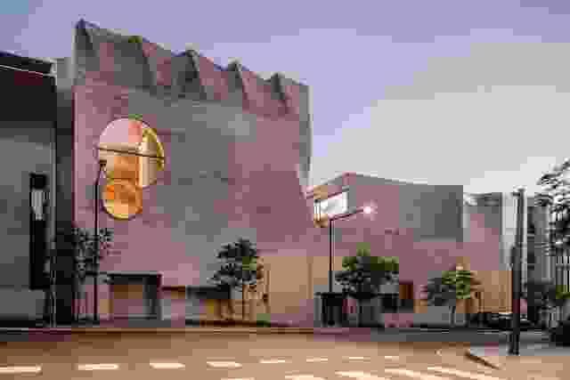 通过其神秘的立面,凤凰城既回应了它的城市环境,也隐藏了它的内部混杂。