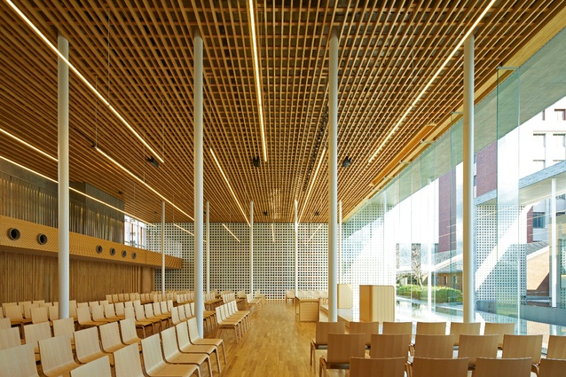The interiors take into consideration the acoustic needs of different activities. Hollow-block walls and timber ceiling panels reflect and absorb sound.