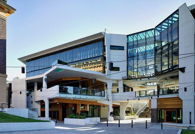 """建筑的通风通道是一个高潮空间,它将建筑从内到外""""折叠"""",形成了大学校园的新中心。"""