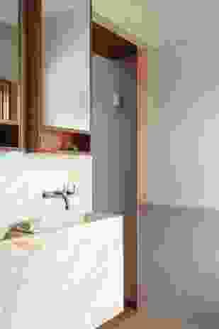 一楼的两个房间被合并成一个主卧室和浴室。