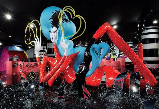 一位蓝色加入的Lady Gaga图在镜像黑色水晶的地板上倾斜。