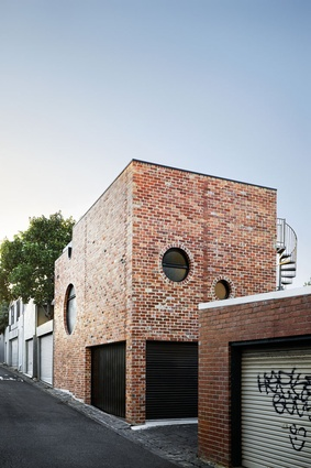 On all façades, the recycled red brick has nuanced texture and colour.