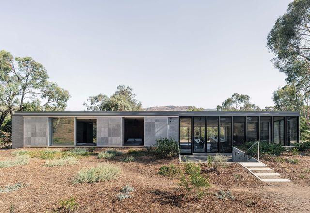 根据土地的坡度进行调整,住宅的设计使人们能够体验到所有季节和心情。
