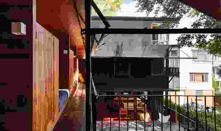 The addition, in the form of a slender two-storey structure stretching along the side boundary, is akin to a verandah.
