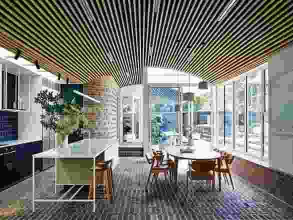 温暖而宽敞的室内装饰以拱形、木材内衬天花板和有纹理的砖墙为特色。艺术品:克雷格·汉德里。