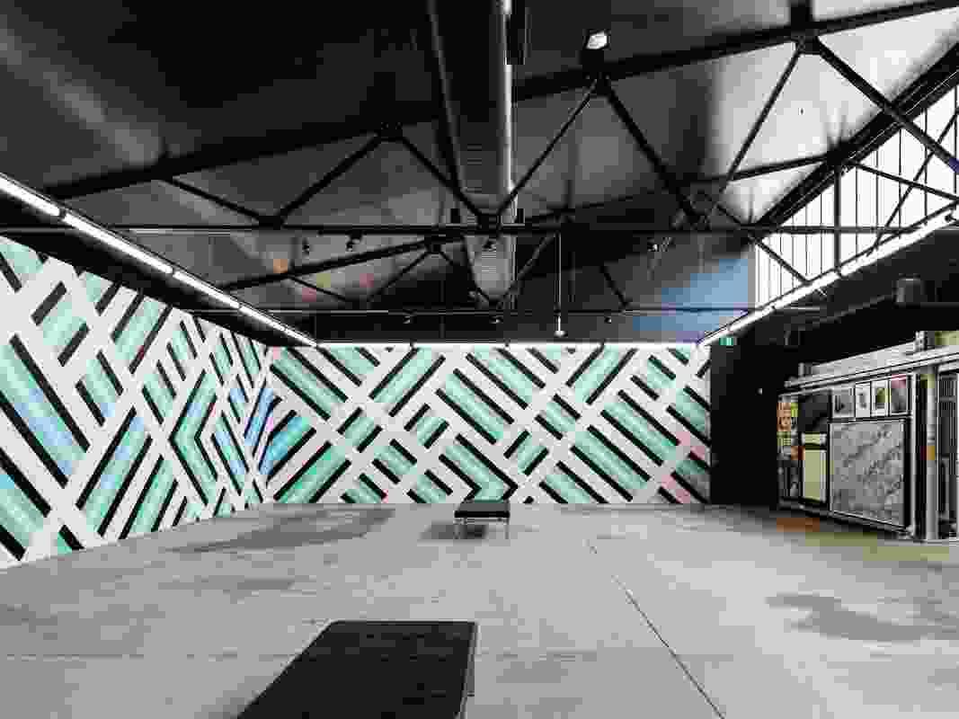 画廊的墙壁会随着新作品的安装而改变。该空间也可以用于活动和功能。艺术品:山姆Songailo。