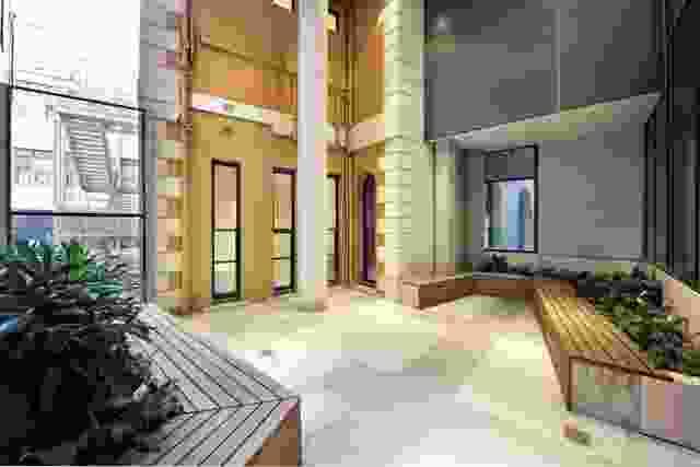 新中心和相邻的Delacy建筑之间的庭院,揭示了现有结构的遗产特征。