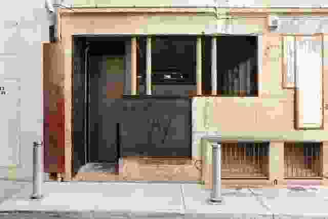 大的定制钢谷仓门打开酒吧进入小巷。