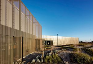A knuckle in the plan establishes the main entry to the buildings and efficiently connects public-facing elements tothe laboratory and workshop components.