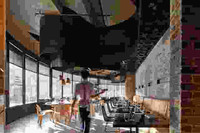 用餐者可以看到布里斯班河和Story桥的景色。