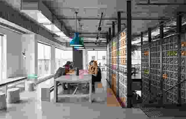 L形咖啡厅和中心空间鼓励员工合作。