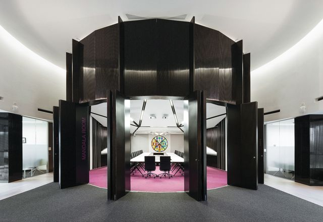 一个高大的黑色柱的凸出墙环绕曼荼罗房间。