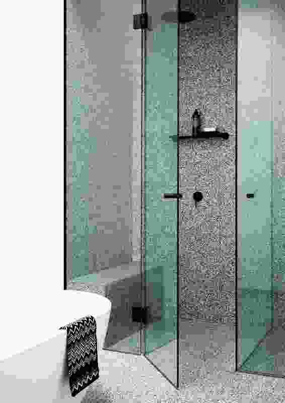 浴室借鉴了20世纪20年代西班牙教会风格住宅的传统。