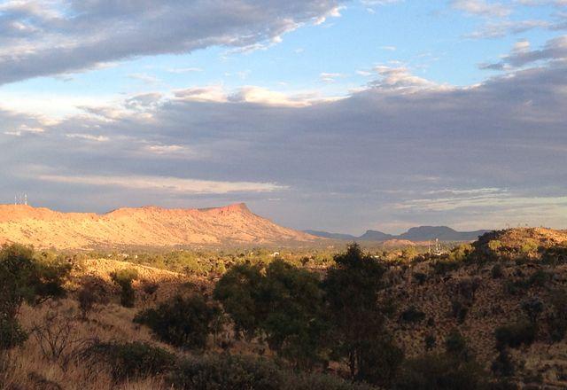 国家土著艺术画廊(尚未建成)的推荐地点是mparnwe(爱丽丝泉)的沙漠公园区域,位于绵延至Alhekulyele(吉伦山)的山脚下。