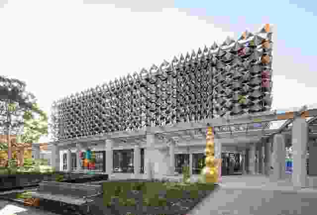 总理府的柱廊由七根由当地和国际艺术家设计的圆柱组成。列可见(从左到右):Mil ŋ urr- Ŋ aymil by Gunybi Ganambarr;安吉拉·布伦南(Angela Brennan)著;总理府柱座(Kathy Temin);Luk Nimit专栏作者Vipoo Srivilasa。