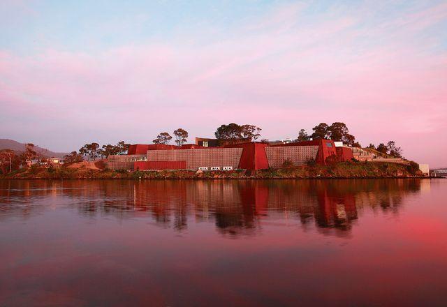 从对面的小煎锅岛上可以看到新旧艺术博物馆。