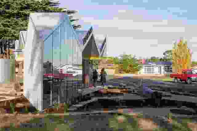 三角形的场地构成了Gatehouse的楔形平面,包括遮蔽的座位区、厕所设施和位于其顶端的展览室。