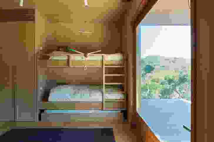 客户儿子的卧室有自己的私人甲板,可以俯瞰moonah森林的下层。