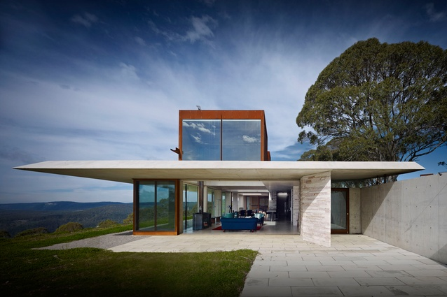 At the eastern edge the roof of the Invisible House extends in a four-metre cantilever, reaching out to the horizon.