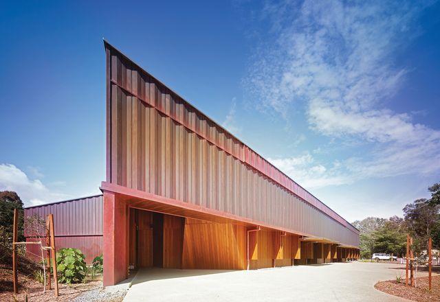 定制的铜板和回收的脂木将随着时间的推移形成一种古铜色,使建筑沉浸在景观中。