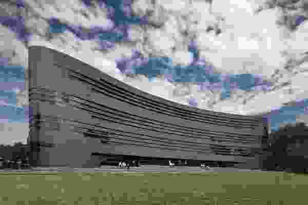 The curving, singular form, which occupies the south-east corner of the campus, acts as a grandstand-like backdrop to the adjacent oval.