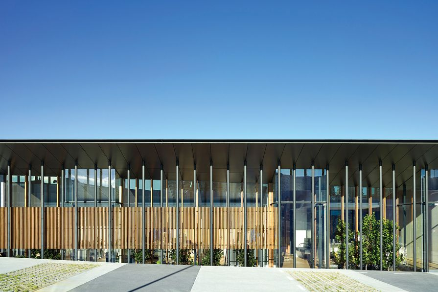 Ormuz Specialist Eye Clinic has a striking and articulated form – its inverted truss roof and array of slender columns make it easily identifiable.