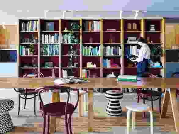 一个宽敞的多功能图书馆足够大,可以容纳活动和会议以及必要的日常设施。