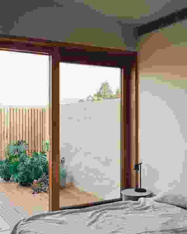 一楼卧室配有屋顶蔬菜花园的分裂露台。