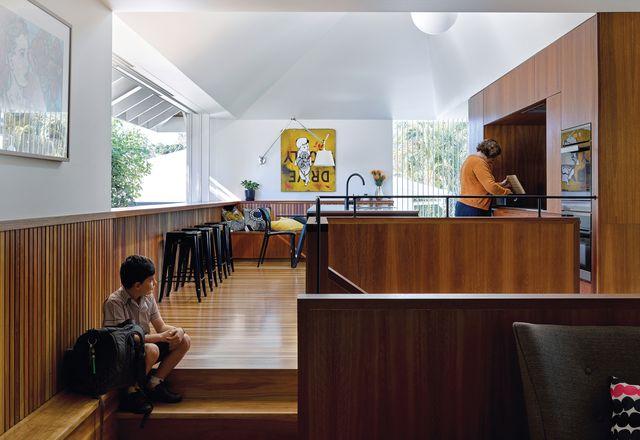 丰富的厨房斑驳的胶饰使它成为一个温暖的,吸引家庭生活的日常活动的空间。艺术品:杰森。
