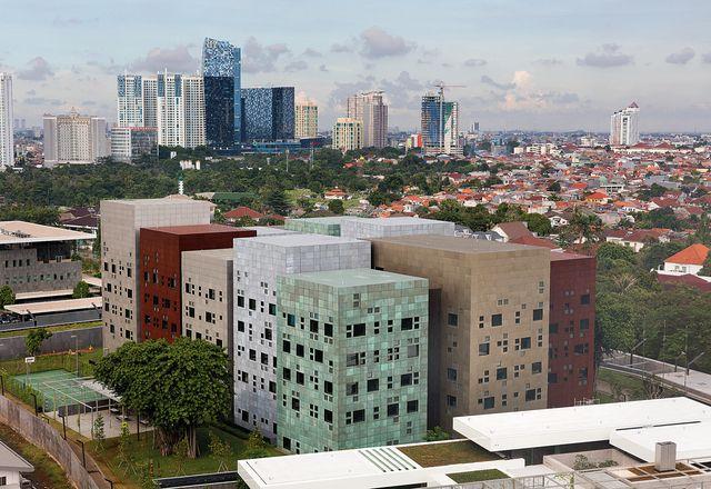 从体量上看,澳大利亚驻雅加达新大使馆的办公处让人想起澳大利亚的地形。