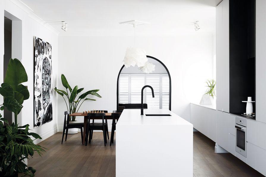 厨房虽然在平面上进行了重新配置,但保留并强调了原有的拱门、窗户和飞檐的细节。艺术品:托马斯Paule。